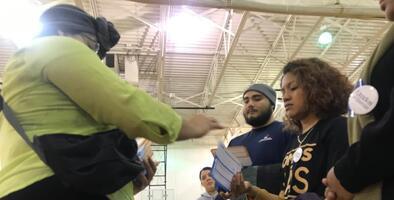 Canciones de salsa y Selena en una sala llena de electores latinos: bienvenidos al primer caucus en español de Iowa