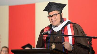Joven hispano se gradúa en la Universidad Brown años después de lavar los baños del lugar