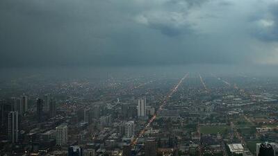 Chicago está bajo alerta por posibilidad de tornado, mientras varias tormentas de rápido movimiento afectan a Illinois