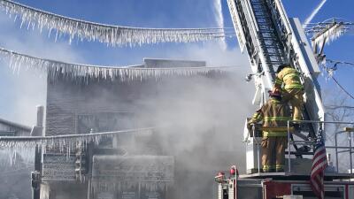 Las impresionantes fotografías de bomberos combatiendo un incendio en Waukegan que consumió un edificio en medio del frío intenso