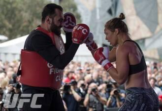 Ronda Rousey enseñó sus armas en Australia