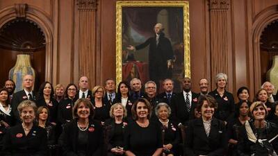 ¿Qué significan el botón rosado y los trajes negros? El mensaje tras la ropa que llevaron todas las demócratas en el Estado de la Unión