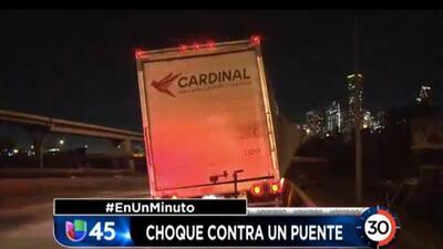 En Un Minuto Houston: Camión de carga chocó con un puente de la autopista I-10 y causó daños a la estructura