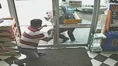 Fugitivo con máscara de esqueleto es parte de una red de ladrones de joyas en Texas