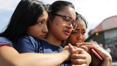 """""""No te imaginas que vas a estar rezando por tu propia ciudad"""": El Paso se une para llorar a las víctimas del tiroteo"""