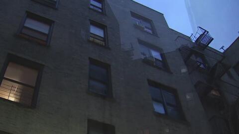 Hombre apuñala a su esposa e hija en Brooklyn e intenta quemar su vivienda, según autoridades