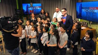 Estudiantes de la escuela primaria Cicero West visitan las instalaciones de Univision Chicago