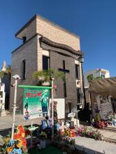 Lujosos acabados, cámaras de seguridad y grandes televisores: así es el interior de una tumba en Sinaloa