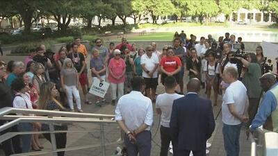 """""""No merece morir gente inocente"""": solidaridad en Houston con la comunidad de El Paso tras la masacre en un Walmart"""