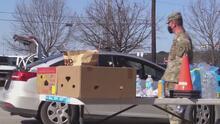 Voluntarios y miembros de la armada distribuyen alimentos a familias necesitadas
