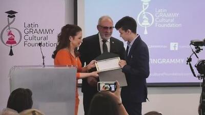 Gloria y Emilio Estefan entregan una beca para estudiar música a un joven español