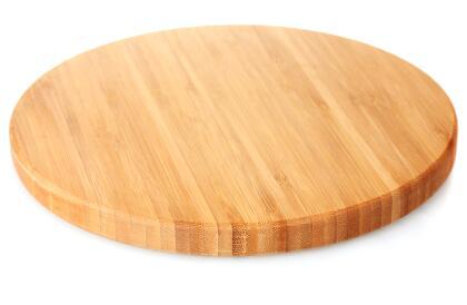 Coloca en tu espacio de trabajo de rituales la tabla o superficie de madera que hayas elegido para sostener los demás ingredientes y ser la base poderosa del ritual.