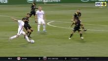 Alejandro Bedoya prueba suerte desde fuera del área, pero el portero Eloy Room le niega el gol