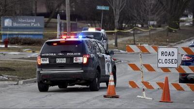 Decenas de personas realizan vigilia y rinden homenaje a las víctimas mortales del tiroteo en Aurora, Illinois