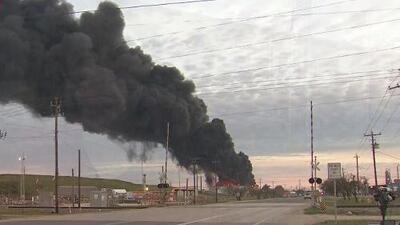 Incendio en una planta petroquímica en Deer Park podría durar dos días más