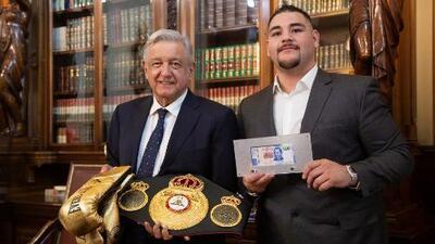 Unos guantes y un billete conmemorativo: el intercambio de regalos de AMLO y el boxeador Andy Ruiz