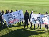 Fans del Manchester United interrumpen práctica con protestas