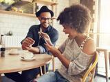 Hazla reír: La exitosa conexión entre la risa y el amor