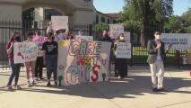 Padres piden que recursos destinados a la policía escolar se destinen a programas de salud mental