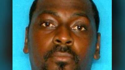 Alguaciles buscan a sospechoso de arrastrar a un hombre en un auto en el centro de Austin
