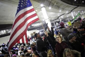 Miles protestan en el aeropuerto O'Hare contra la orden ejecutiva de Donald Trump sobre refugiados