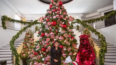 Más grande es mejor: la máxima de las Kardashian para elegir sus árboles navideños