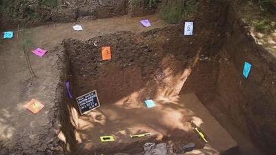 Expertos tratan de identificar los restos humanos encontrados en una fosa común en Guatemala