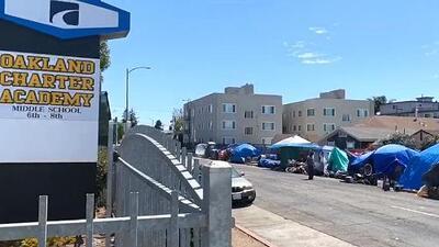 Cansados de promesas: familias exigen desmantelar campamento de indigentes frente a escuela de Oakland