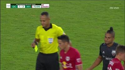 Tarjeta amarilla. El árbitro amonesta a Quincy Amarikwa de D.C. United