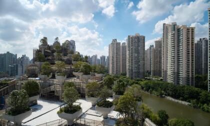 La plantación de árboles integrada a la edificación actúa como un elemento de equilibrio natural y el diseño intenta que la estructura se integre visualmente al distrito artístico de Shanghái.