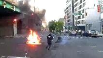 Video: Conductor usa extintor para salvar a dos adolescentes prendidos en llamas tras accidente en El Bronx