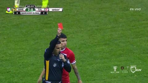 ¡Expulsión! El árbitro saca la roja directa a Rodrigo Salinas