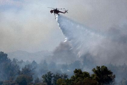 Los trabajos de contención de el incendio El Dorado se realizan por tierra y por aire con al menos cuatro helicópteros. <br> <br>