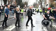 En fotos, el primer acto de Harry en su gira del adiós a la realeza (con Bon Jovi y los Beatles de 'backups')
