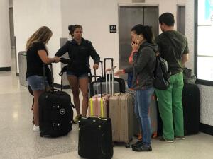 Así están varados los venezolanos en el aeropuerto de Miami con la esperanza de  poder regresar a su país