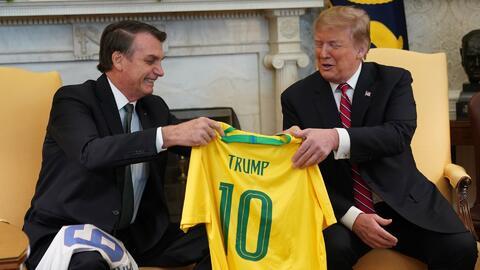 Trump y Bolsonaro intercambian playeras, el Presidente de Brasil externa apoyo al muro