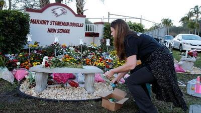Con homenajes, flores y momentos emotivos conmemoran en Parkland el primer año de la masacre que apagó 17 vidas