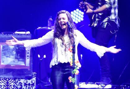 """Plena y radiante,  <b><a href=""""https://www.univision.com/famosos/nacio-noah-la-primera-hija-de-joy-huerta-la-del-duo-de-hermanos-jesse-y-joy"""">la cantante Joy Huerta</a></b> se unió a  <b>su hermano Jesse </b>este sábado, 1 de junio, para ofrecer un concierto a casa llena en el  <b>Auditorio Nacional de México</b>, con cabida para  <b>10,000 fanáticos</b>. Se trató del primer evento del dúo Jesse & Joy, desde que ella anunció, el pasado martes, 28 de mayo, que su esposa había dado a luz a Noah, la primera hija de ambas."""