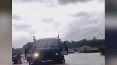 Miles de personas en el norte de Houston extreman medidas de seguridad a causa del mal tiempo ocasionado por Imelda