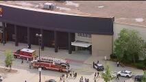 Un auto ingresa al centro comercial Woodfield, en Illinois: la escena está activa y hay despliegue policial