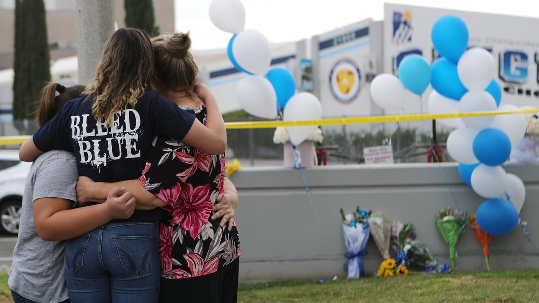 La comunidad de Santa Clarita se une para recordar a las víctimas del tiroteo en la escuela Saugus - Univision