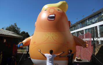 Un 'bebé Trump' inflable, gigante y naranja con el que quieren recibir al presidente de EEUU en Londres (fotos)