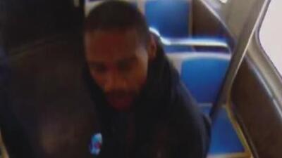 Policía busca a un hombre acusado de lanzar a una mujer a las vías del tren de la CTA