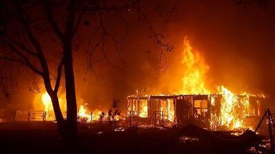 Peligroso incendio crece sin control en el norte de California