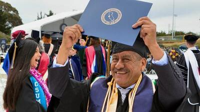 De los campos de cultivo a las aulas: a los 58 años, exjornalero se gradúa con honores de la universidad