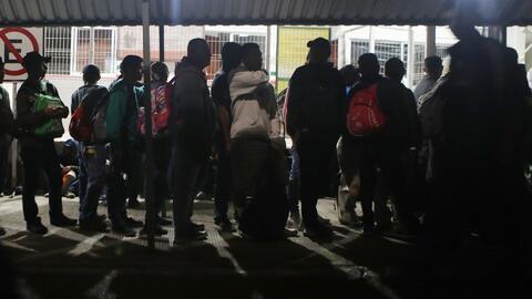 Cientos de migrantes rompen las cadenas de los portones en una aduana fronteriza e ingresan a la fuerza a México