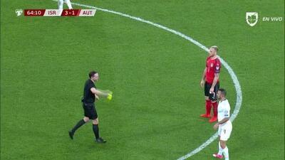 Tarjeta amarilla. El árbitro amonesta a Marko Arnautovic de Austria