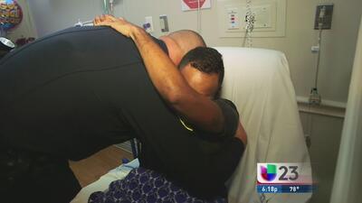 Policía de Orlando se reencuentra con el joven salvo de la masacre