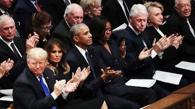 ¿Trump se comportó demasiado frío? Analizamos su actitud con los Clinton en el funeral de George H.W. Bush