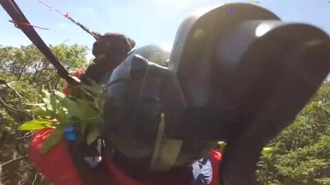 Este hombre quiso grabar su vuelo en parapente, pero la aventura terminó de forma estrepitosa